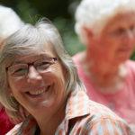 seniorin mit brille und strahlendem lachen