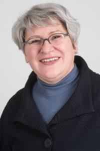 Portrait Frau mittleren Alters kurze graue Haare Brille