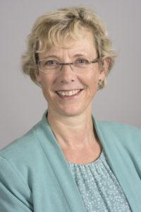 Portrait Frau mittleren Alters kurze helle Haare mit Brille lächelnd