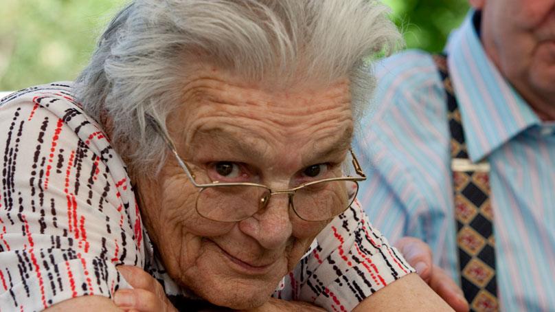aeltere Frau mit Brille mit direktem Blickkontakt