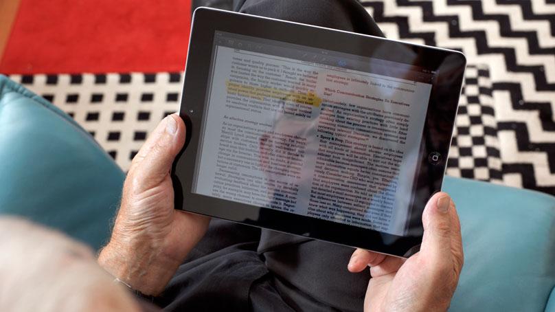 Senior liest in einem Tablet
