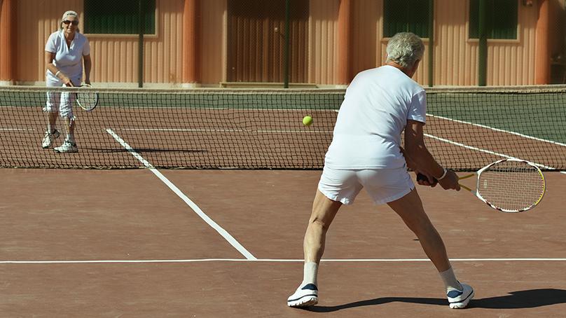 zwei Senioren spielen Tenni