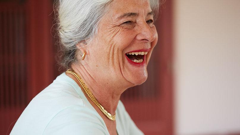 Portrait aeltere Frau Seitenansicht lachend