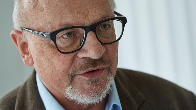 Portrait aelterer Mann mit Brille und Bart