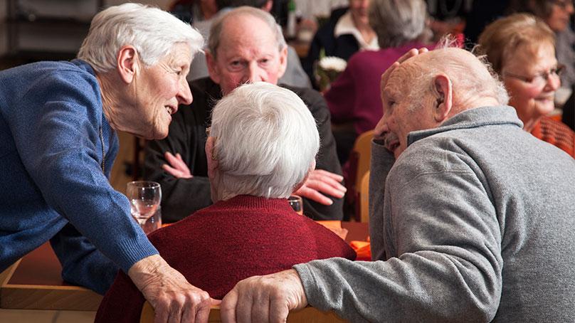 Gruppe von Senioren im Gespraech