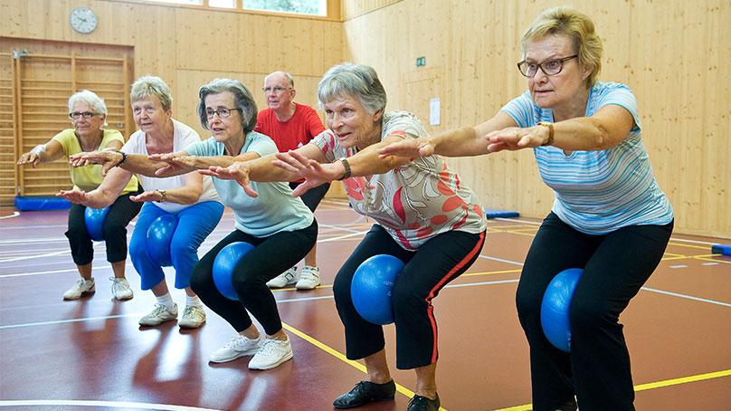 Senioren mit Ball beim Sport