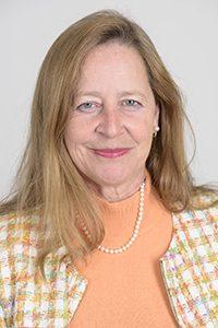 Portrait Frau mittleren Alters helle lange Haare laechelnd
