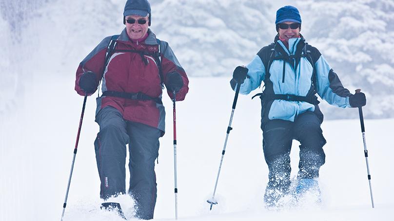 Senioren beim Schneeschuhlaufen