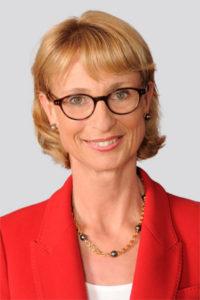 Portrait Frau mittleren Alters kurze helle Haare Brille laechelnd