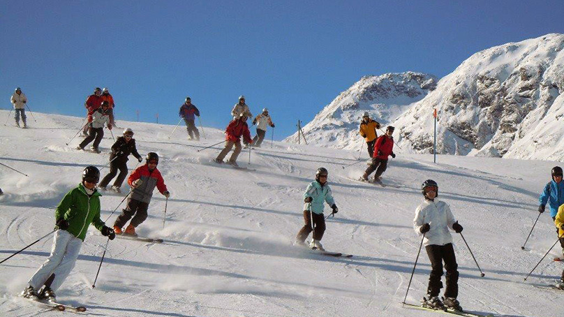 Senioren beim Skifahren