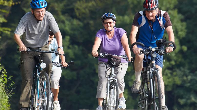 Senioren beim Velofahren