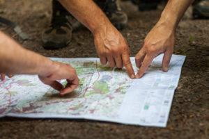 Hände auf Landkarte