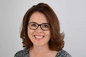 Portrait Frau laechelnd mit Brille