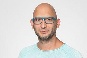 Portrait Mann mit Brille, Dreitagebart und Glatze