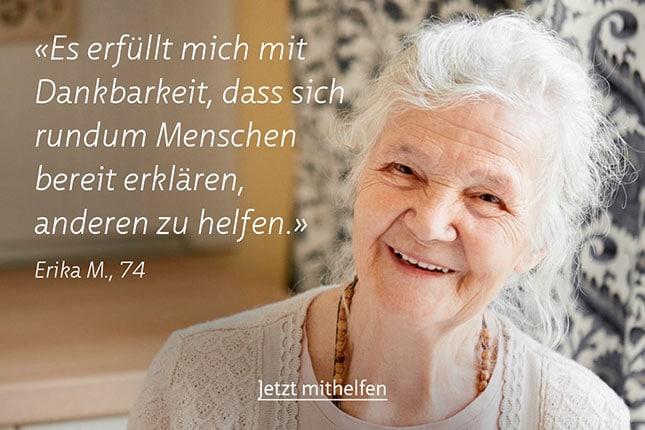 Alte lachende Frau mit Zitat