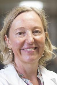 Portrait Frau mittleren Alters helle Haare laechelnd