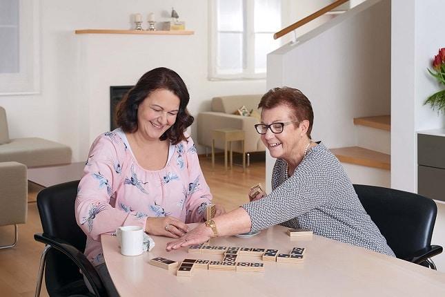 zwei frauen spielen Domino