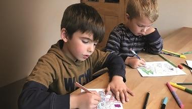 Kinder malen Weihnachtsbilder