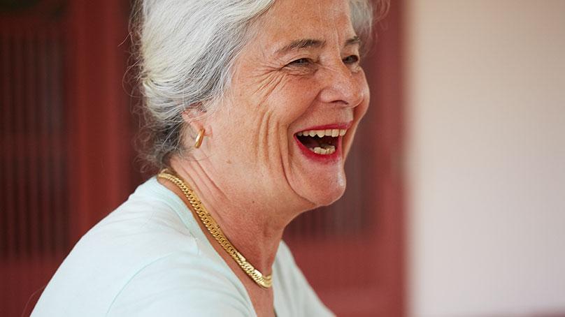 Seniorin lachend Seitenaufnahme