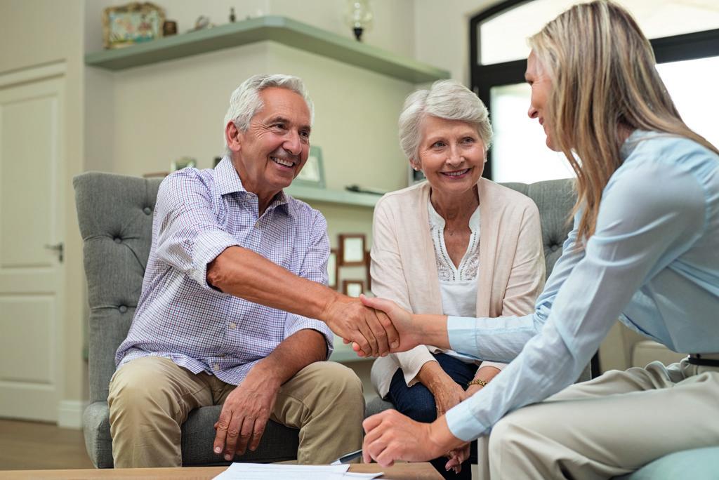 Beraterin mit zwei Senioren im Gespräch