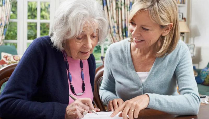 Senioren mit Frau schauen sich ein Blatt an