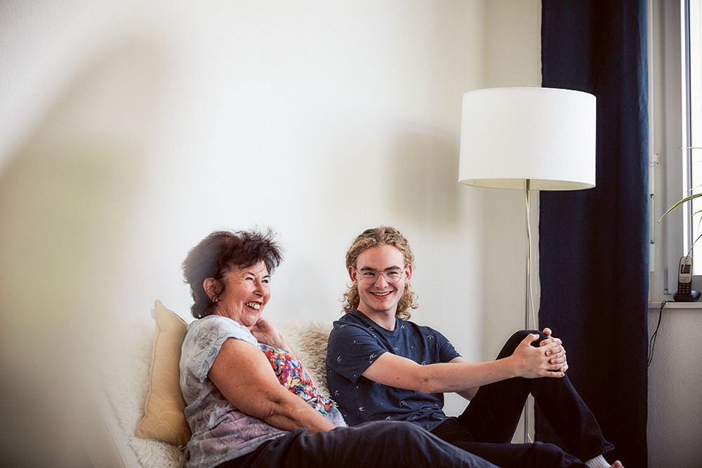 Senioren und Student gemeinsam zuhause auf der Couch